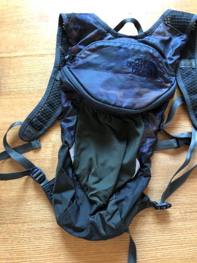画像: 荷物を預かってもらえるなら、写真のような小さいリュック(6L)でOK。すべての荷物を入れるなら大きいサイズを用意。