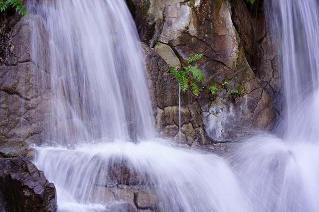 """画像: 1/30秒あたりの描写と見比べると、水流のブレる量は増していて、かなり""""糸を引くような描写""""に近づいている。"""