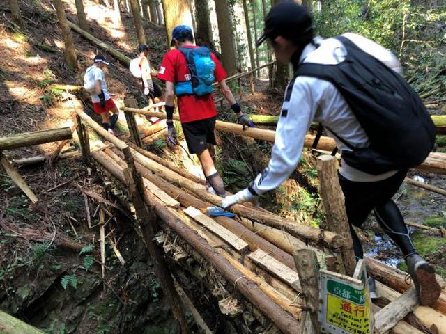 画像: ギシギシと音を立てる橋を渡ったり、