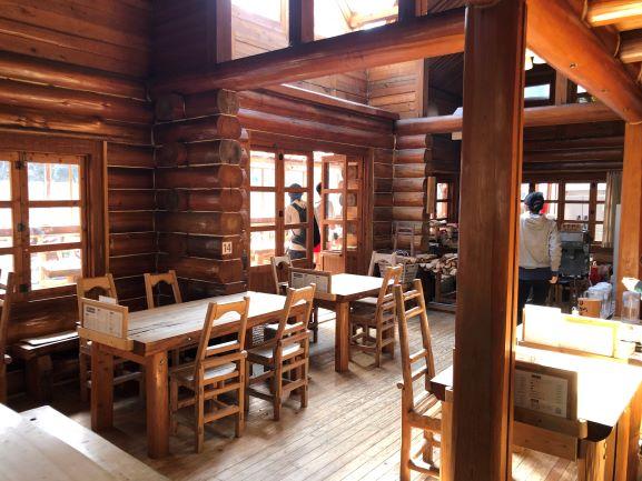 画像: 山の中にポツンと建つ老舗洋食店。ライダーや家族連れが訪れていました。