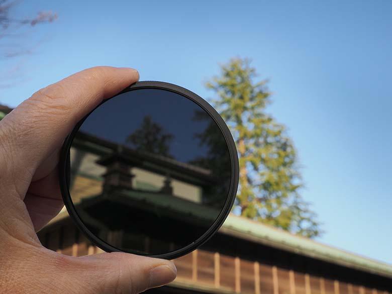 """画像: 色調や階調などの写りに影響を与えず光量が減らせるNDフィルター。日中の低速シャッター撮影では""""必須アイテム""""と言える撮影アクセサリーである。"""