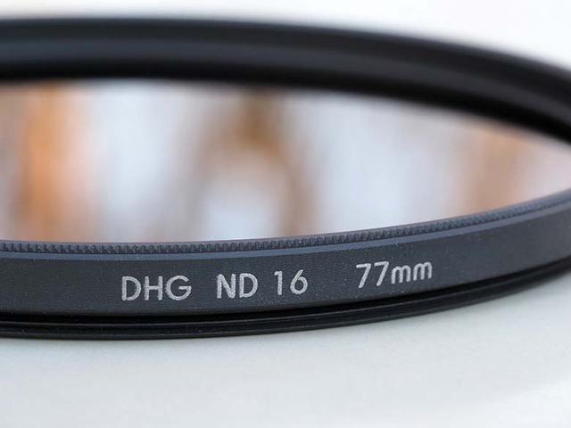 画像: NDフィルターの強度(濃さ)は、後半部分に記載されている数値で示されている。この「ND16」だと、4絞り分の減光効果が得られる。