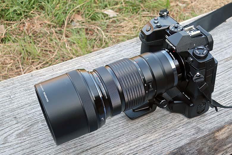 画像: 縦位置グリップ一体構造のプロ仕様モデル「オリンパス OM-D E-M1X」。装着している「M.ZUIKO DIGITAL ED 300mm F4.0 IS PRO」のような大柄な超望遠レンズでも、安定したホールド感を得る事ができる。そして、ライブNDを含めた高度な撮影撮影機能や優れた堅牢性なども、プロ仕様モデルに相応しい。