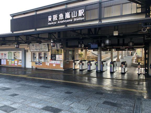 画像: 京都の人気スポット嵐山駅。青空が広がるトレラン日和です。