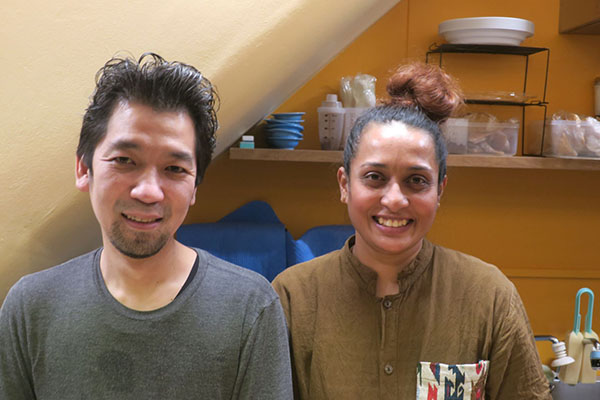 画像: 緒里美カレー料理長の羽牟雄樹氏と緒里美氏(右)