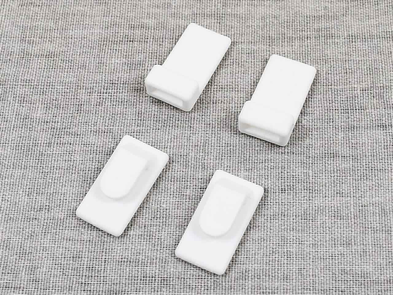 画像: リモコンを壁に掛けられる「両面テープ壁掛けフック2セット入」