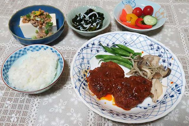画像: ごはん、煮込みハンバーグ(いんげん・きのこの付け合わせ)、納豆のせ冷奴、シラス干しとワカメの酢の物、自家製ぬか漬け(パプリカ・人参・きゅうり・ミニトマト)