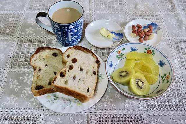 画像: レーズントースト+有塩バター、キウイフルーツ、ピーナッツ、ミルクコーヒー