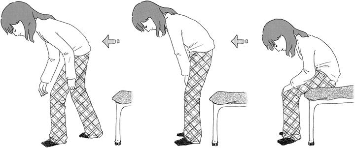 画像: 頭を下げたまま腰をかがめて歩き始める。