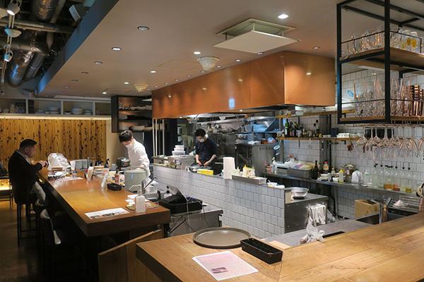 画像: オープンキッチンでてきぱきと仕事をする若いシェフたちの様子はキッチンショーの感覚だ(筆者撮影)