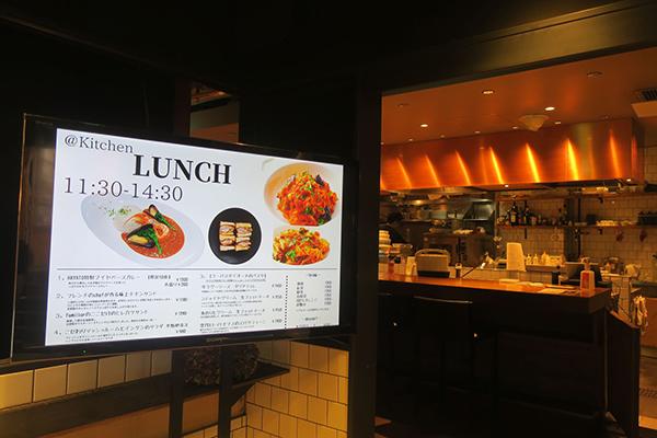画像: 東京・青山、国連大学隣の「ラ・ポルト青山」の地下1階にある「@Kitchen AOYAMA」の店頭(筆者撮影)