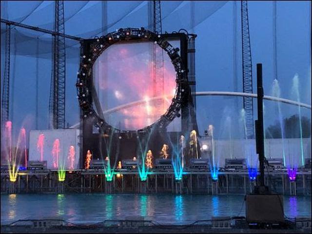 画像: 「冬の水の中で花火」という贅沢なショーです