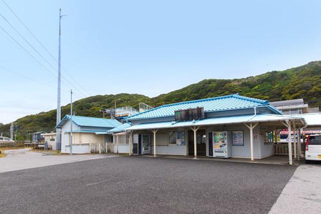 画像: まずはJR内房線の「浜金谷駅」を目指しましょう(Adobe stock)