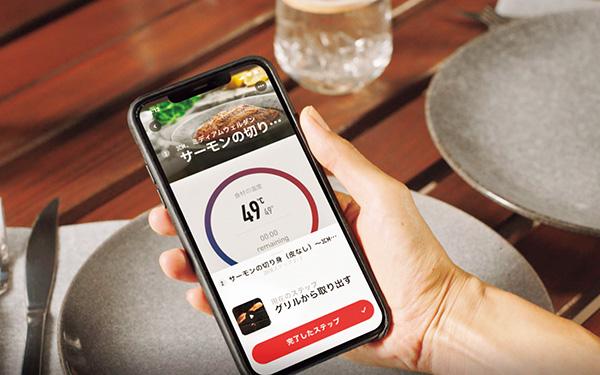 画像: アプリがグリルの設定温度や焼き加減を知らせて、調理をサポート。手ごろな値段の肉でも、ステーキハウスの一品のように仕上がる。