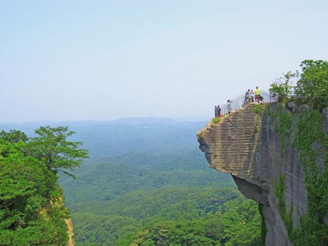 画像: 断崖絶壁から景色が望める「地獄のぞき」(Adobe stock)