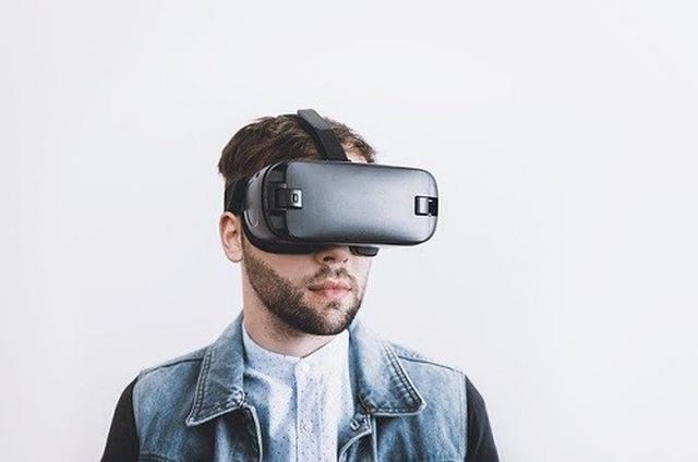 画像: VR旅行にはVRゴーグルと呼ばれる専門機器が必要(写真はイメージ/pixabay)