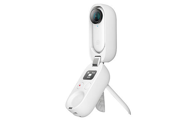 画像: 急速充電ケースは100%の状態でカメラ本体を3回フル充電可能。スタンドを開けば三脚としても使える。