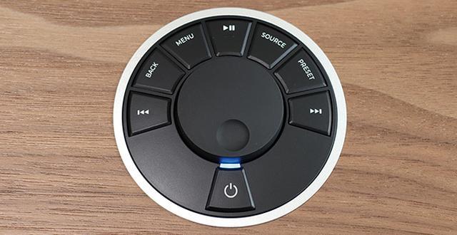 画像: 回して選曲、押して選択するダイヤルの周囲にボタンが集中。リモコンにはプリセットボタンがあり、各サービスごとにプレイリストなどを割り当て可能。