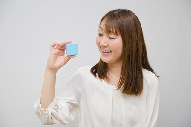 画像: 端末は本当に小さい!そして軽い!これならランドセルに入れっぱなしでも大丈夫。ちなみに、ブルーが一番人気だとか。