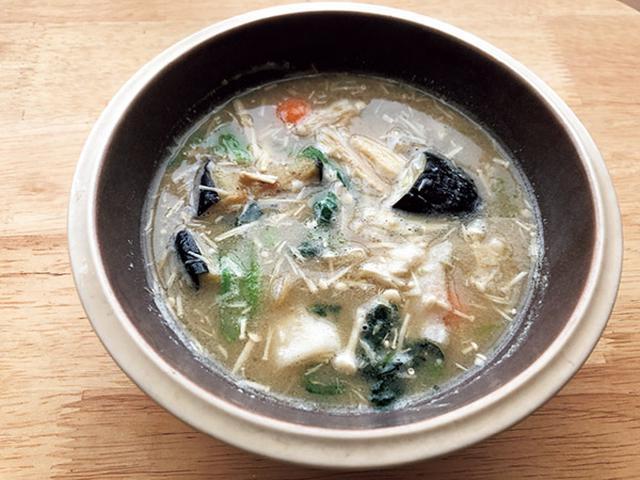 画像: 100ミリリットルの水を加え、レンジ加熱5分で完成した「7種類の西京味噌汁」。味も食感もよく、いろんな具材がたっぶり入っていてボリューミー。