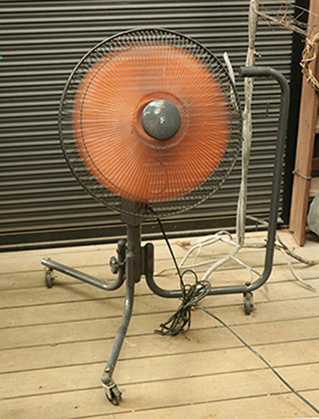 画像: 多湿が続く場合は、扇風機などを使って風を送るのもよい。扇風機は無風の熱帯夜などに使うのもおすすめ。