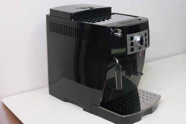 画像: コンパクトタイプの全自動コーヒーマシン「マグフィニカS  ECAM22112」が利用できる。