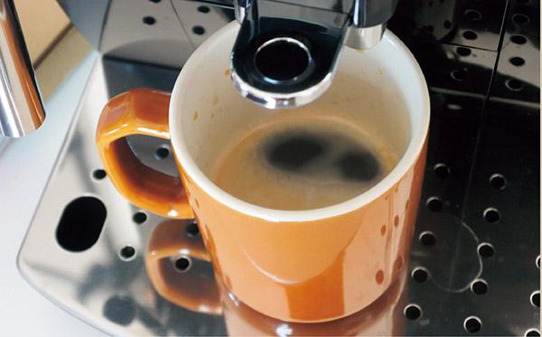 画像: 水とコーヒー豆をセットするだけで、自動で豆を挽いてくれ、おいしいコーヒーが抽出される。