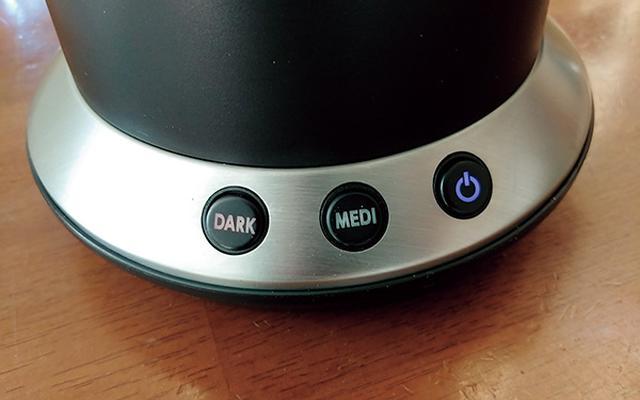 画像: 深煎りは「DARK」、中煎りは「MEDI」ボタンでスタート。焙煎から冷却まで、約20分で完了する。