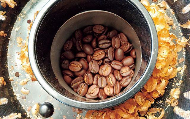 画像: チャフは、熱風で吹き飛ばされ、コンテナに集まるから、焙煎後の手入れはとてもラク。