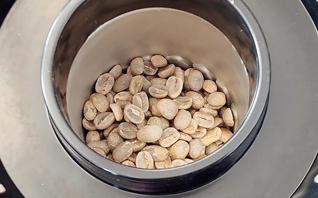 画像: 生豆は、行きつけのお店で相談して「コロンビア」を購入。一度に焙煎できるのは40~60グラムだ。