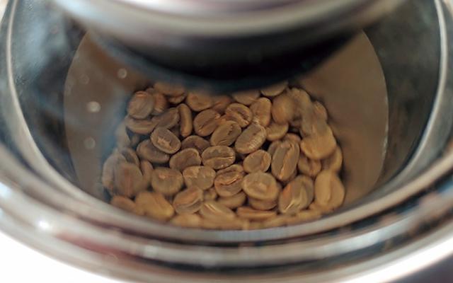 画像: 焙煎中は、フタのガラス部分から中の様子を覗くことができる。