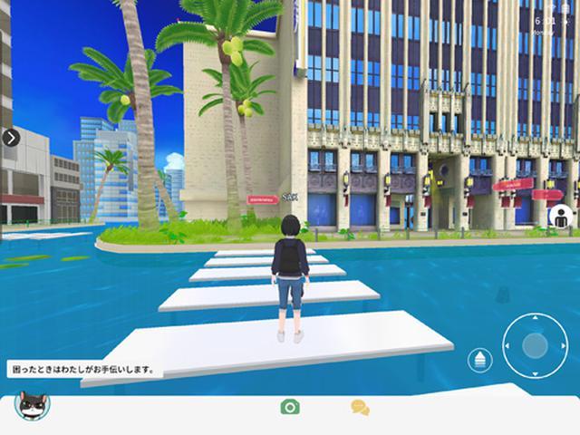 画像: 水面に建物や横断歩道が浮いているようにも見える、少し不思議な空間。