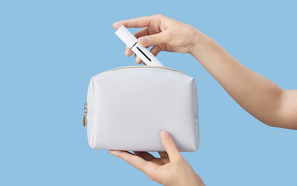 画像: スティック型のシンプルなデザイン。カバンやポーチに入れて持ち運べ、サッと取り出せる。