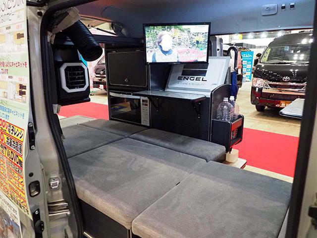 画像: 電子レンジや40Lの大型冷蔵庫を搭載し、TVもDVDプレーヤー付き19型とした