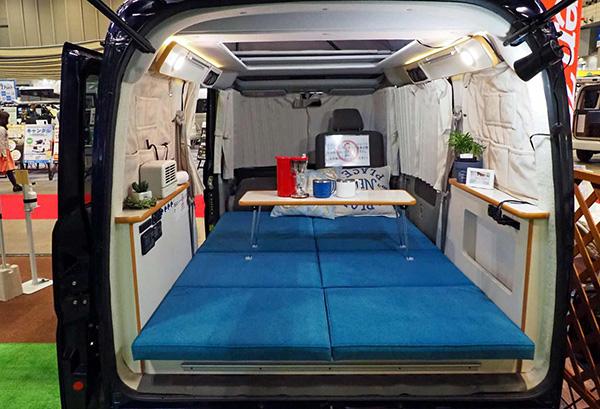 画像: 下ベッドから天井までの高さは2mになり、立って着替えをすることができる