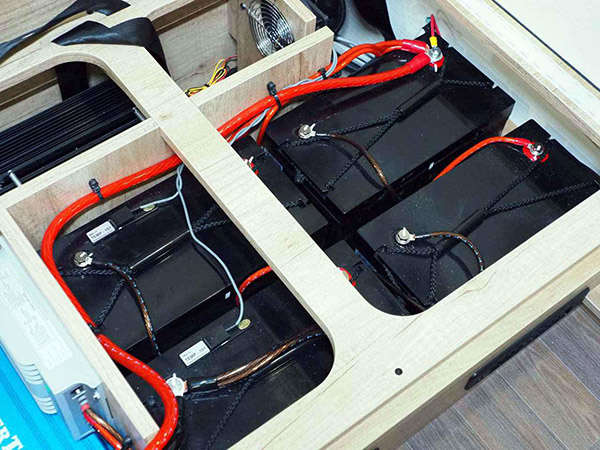 画像: 大容量100Ahのリン酸鉄リチウムイオンバッテリーを4個搭載