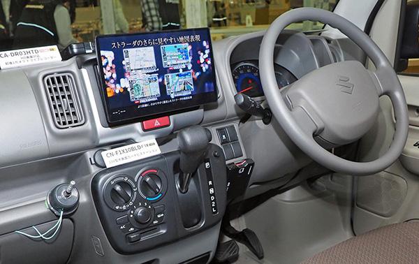 画像: 10型大画面を実現したストラーダ「CN-F1X10BLD」。2DINサイズの開口部がある430車種以上に装着できる