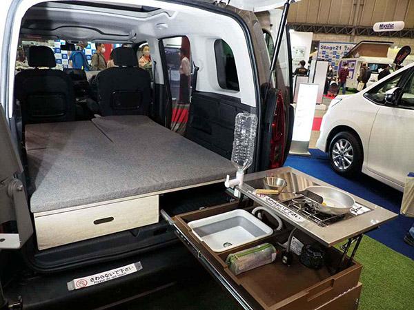 画像: フラットベッドは収納性と利便性を兼ね備えた着脱可能仕様。ベッドの下にはスライト式の収納ボックスも装備
