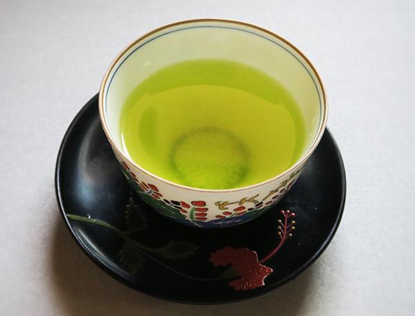 画像: 新茶は緑が鮮やかで爽やかな色合い。優しい旨味と甘味が心地よい。
