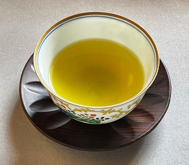 画像: 一般的な煎茶。新茶と比べると、やや黄色を帯びた色合いで、キリッとした渋みを感じる。