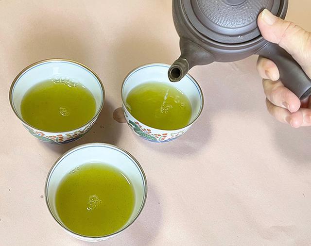 画像: 各茶碗に少しずつ、数回に分けて注ぎます。