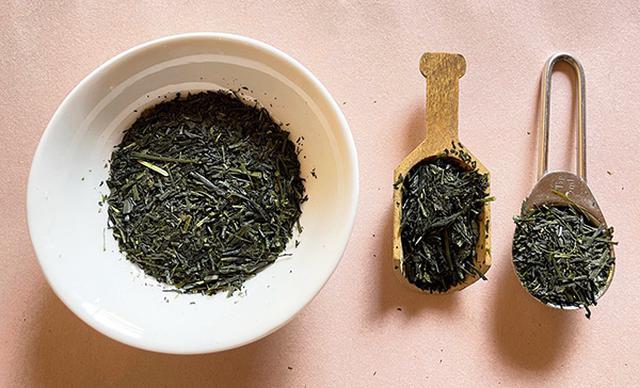 画像: 煎茶1人分3gは、小さじ1杯(右)・お茶用のスプーン1さじ(中)とほぼ同じ量。白皿の茶葉が3人分=9g(左)。