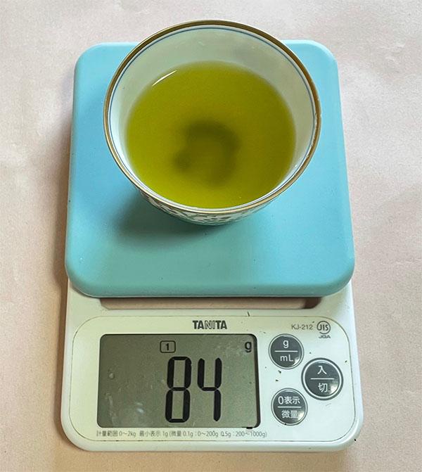 画像: 1人分90mlのお湯は、急須の茶葉が水分を吸収し、注ぎ分けると1人分84mlになりました。