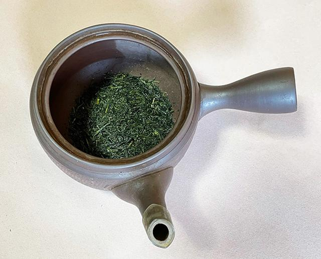 画像: 3人分の茶葉(約9g)を急須に入れました。