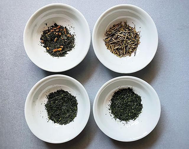 画像: 煎茶(左下)と玉露(右下)は同じように見えますが、玉露の方が細く繊細で、青海苔のような柔らかい香りを感じました。