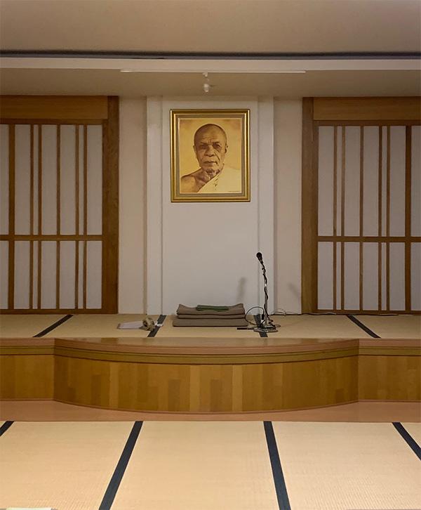 画像: 広い畳敷きの部屋で瞑想をします。