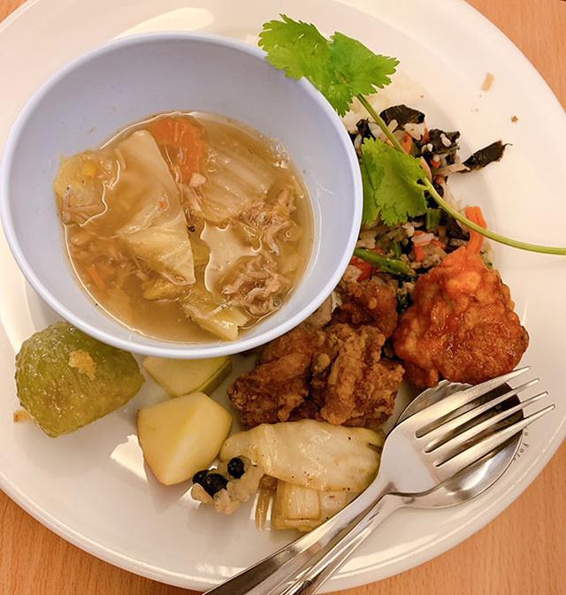画像: 野菜炒めや鶏のから揚げ、サラダ、スープ、フルーツ、いずれも美味!