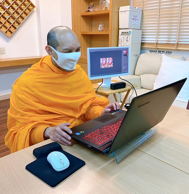 画像: パソコンで画像を見ながらお話をしてくれるティッサロー比丘。
