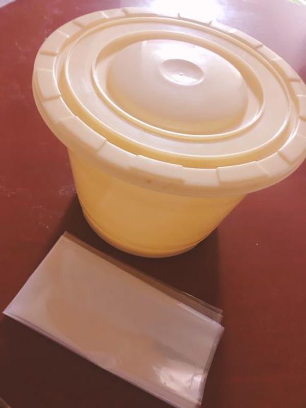 画像: プラスチック桶とビニール袋。そのほかに大きな鍋も用意。