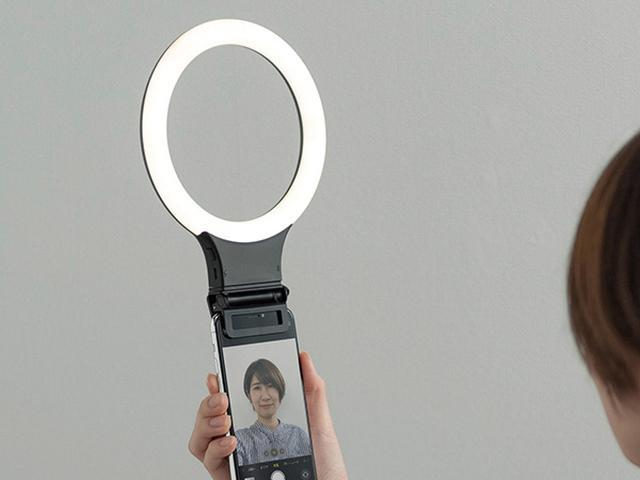 画像: クリップ式でノートパソコンやスマホに簡単に装着できるLEDリングライト。色温度は3段階、明るさは無段階で調整可能だ。